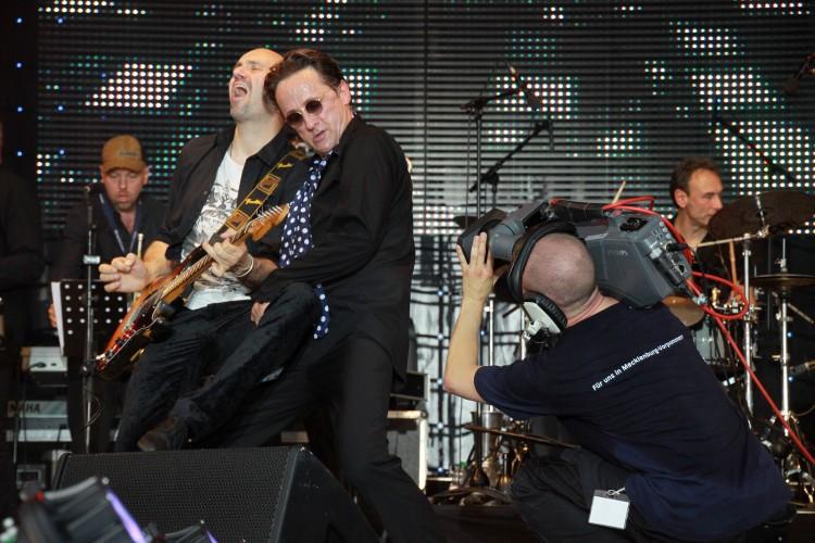 Westernhagen Double auf einer Bühne mit Kameramann