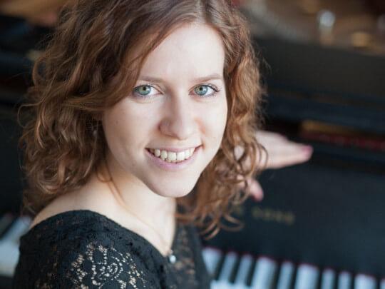 Künstlervermittlung: Sängerin und Pianistin Britta Werner am Konzertflügel Frankfurt - Künstleragentur | DIE ALLESLÖSER