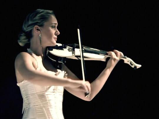 Künstlervermittlung: Nora Kudrjawizki in weißem Kleid mit Geige Frankfurt - Künstleragentur | DIE ALLESLÖSER