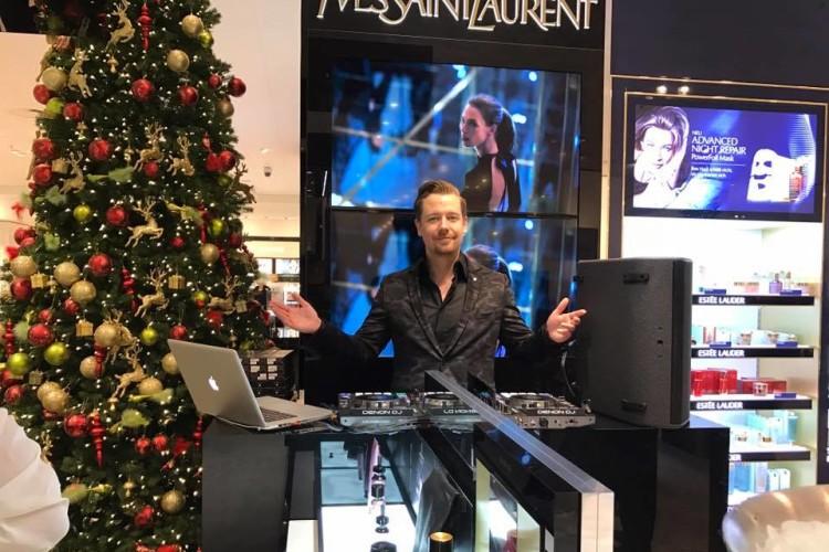 DJ Chris Force in einem Geschäft