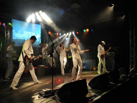 Künstlervermittlung: Band Maraton in weissen Anzügen Frankfurt - Künstleragentur | DIE ALLESLÖSER