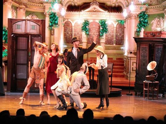 Verkleidete Menschen auf eine Bühne, Theater