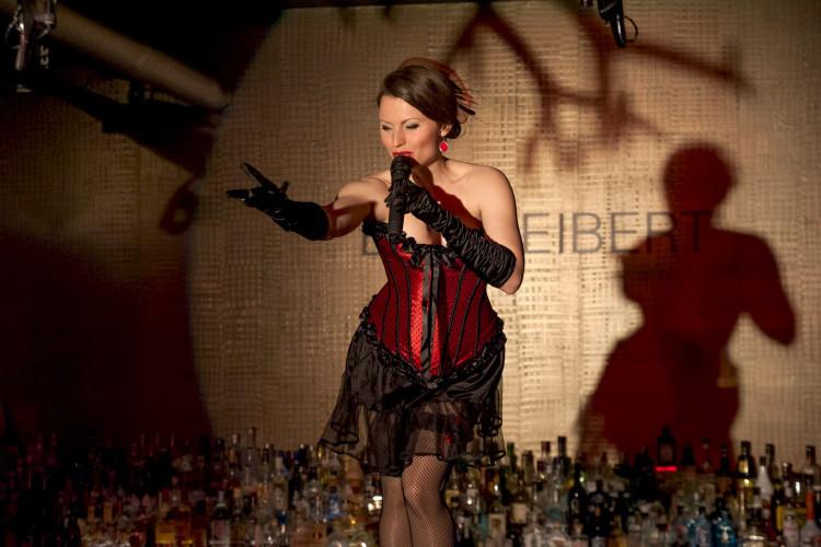 Sängerin auf Bar