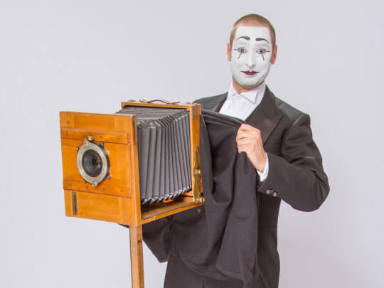 Künstlervermittlung: Pantomime Bastian mit altem Fotoapparat Frankfurt - Künstleragentur | DIE ALLESLÖSER