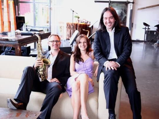 Künstlervermittlung: Jazzjerks auf einem Sofa Frankfurt - Künstleragentur | DIE ALLESLÖSER