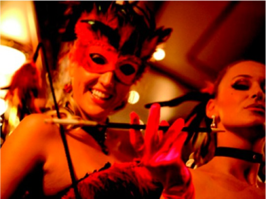 zwei Frauen mit Maske und Zigarettenspitze