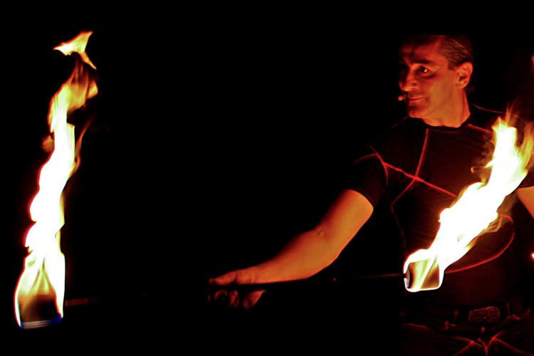 Lemmi mit Feuerstäben