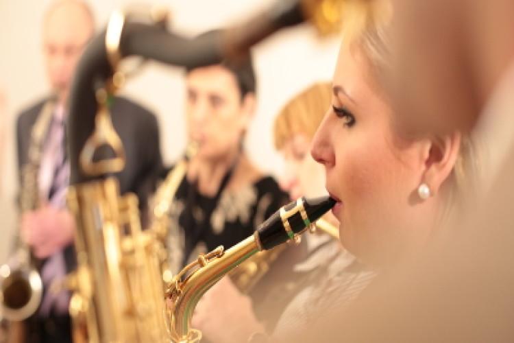 Saxophon spielende Gruppe