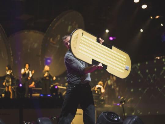 Künstlervermittlung: Sign Spinner auf der Bühne Frankfurt - Künstleragentur | DIE ALLESLÖSER