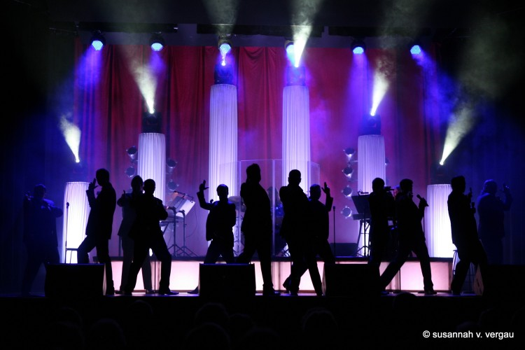 12 Tenors on stage