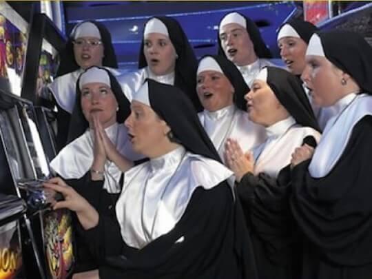 Künstlervermittlung: Nonnen am Spielautomaten Frankfurt - Künstleragentur | DIE ALLESLÖSER