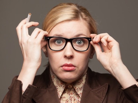 Frau mit Brille und Zigarette