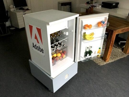 Künstlervermittlung: Frosty der sprechende Kühlschrank Frankfurt - Künstleragentur | DIE ALLESLÖSER