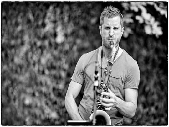 Künstlervermittlung: Hubert Fersterer mit Saxophon Frankfurt - Künstleragentur | DIE ALLESLÖSER