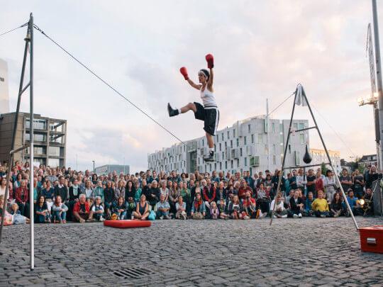 Künstlervermittlung: Thamar Hampe als Boxer auf Seil Frankfurt - Künstleragentur | DIE ALLESLÖSER