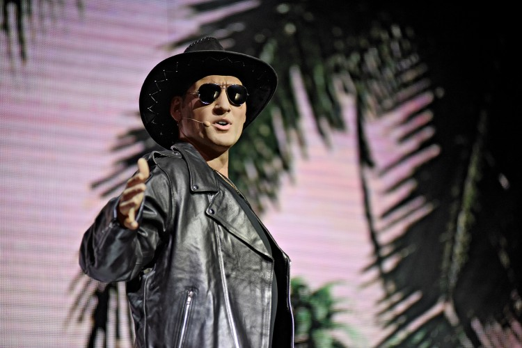 Sänger unter Palmen