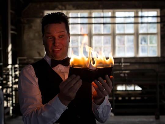 Künstlervermittlung: Sir Julian mit brennenden Porte-Monnaie Frankfurt - Künstleragentur | DIE ALLESLÖSER