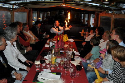 Sir Julian an Tisch mit Feuer