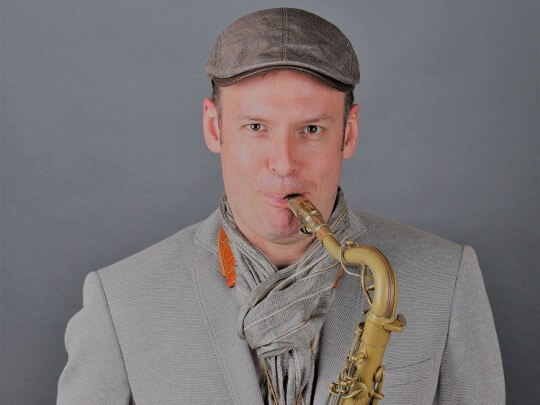Künstlervermittlung: Saxophonist David Milzow auf dem Tenorinstrument Frankfurt - Künstleragentur | DIE ALLESLÖSER