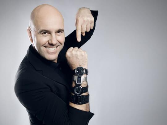 Künstlervermittlung: Gio Alecci mit vielen Uhren am Handgelenk Frankfurt - Künstleragentur | DIE ALLESLÖSER