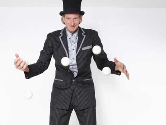 Künstlervermittlung: Mann jongliert Frankfurt - Künstleragentur | DIE ALLESLÖSER