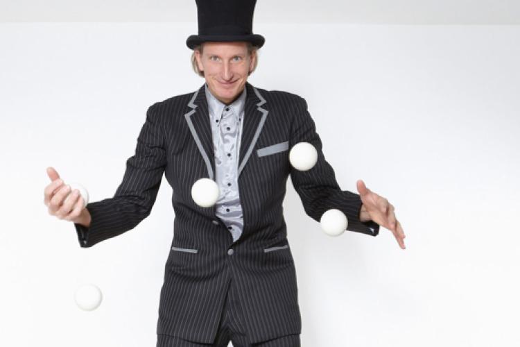 Mann jongliert