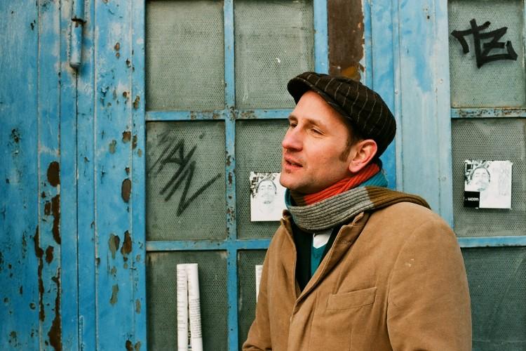 Daniel Kister an einer blauen Tür