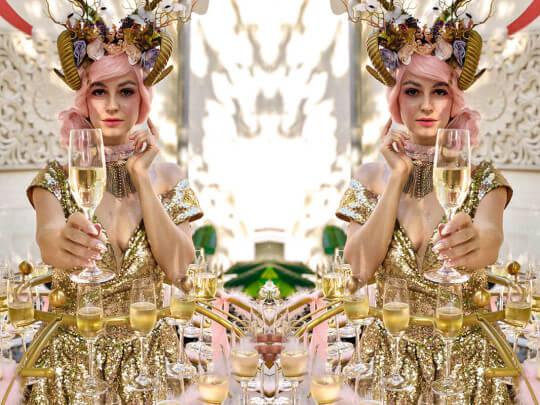 Künstlervermittlung: Fille de Champagne gespiegelt Frankfurt - Künstleragentur | DIE ALLESLÖSER