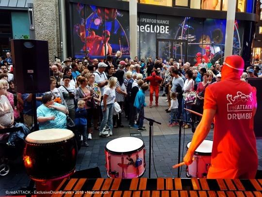 Künstlervermittlung: redATTACK in einer Fußgängerzone Frankfurt - Künstleragentur | DIE ALLESLÖSER