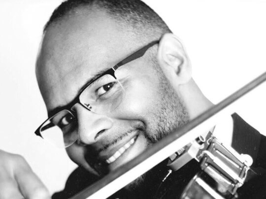 Künstlervermittlung: Francis Norman mit Violine 2019 neu Frankfurt - Künstleragentur | DIE ALLESLÖSER