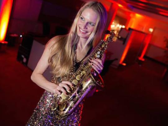 Frau mit Saxophon