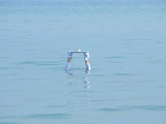 Künstlervermittlung: Mann im Wasser mit Tablett Frankfurt - Künstleragentur | DIE ALLESLÖSER
