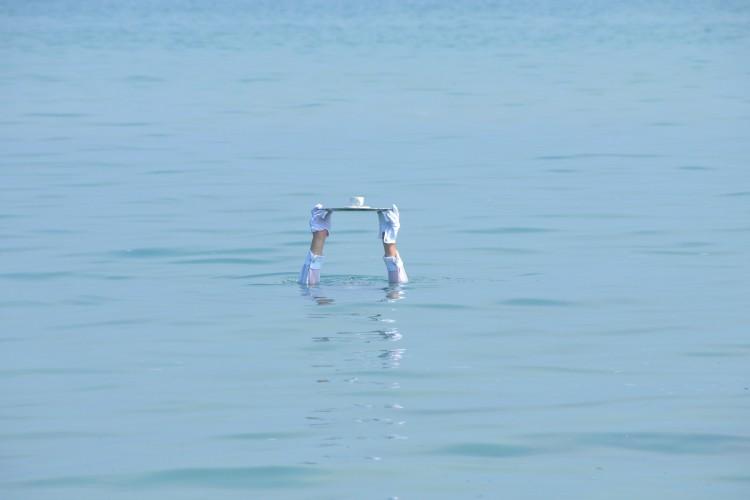 Mann im Wasser mit Tablett