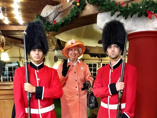 Queen Elizabeth II. Double mit 2 Guards