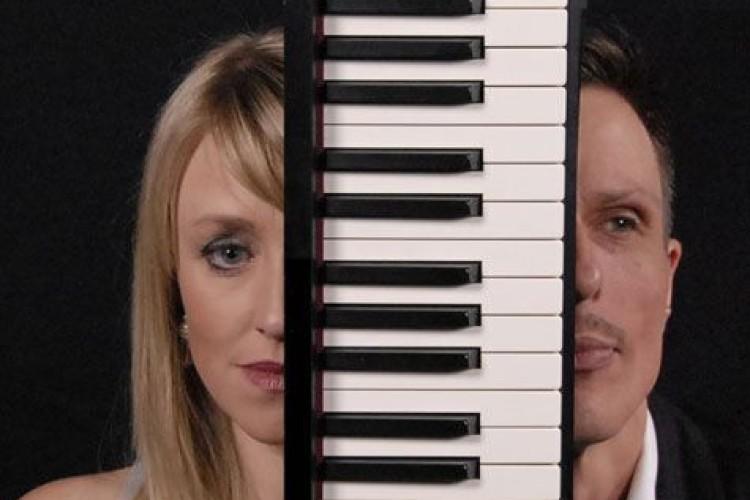 2 Gesichter mit Klavier