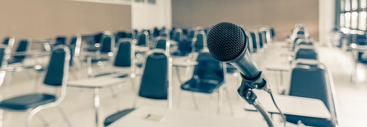 Mikrofon vor Konferenzsaal