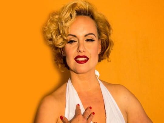 Künstlervermittlung: Ricarda Ulm lächelnd als Marilyn Monroe Frankfurt - Künstleragentur | DIE ALLESLÖSER