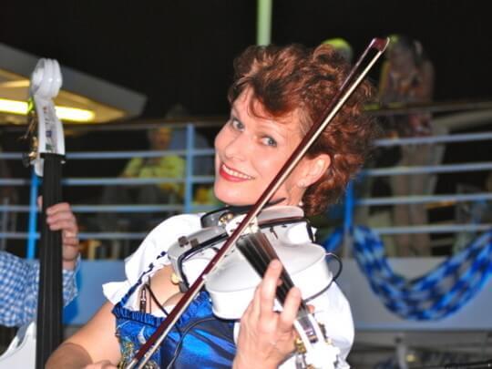 Künstlervermittlung: Julia Graeber mit weißer Violine Frankfurt - Künstleragentur | DIE ALLESLÖSER