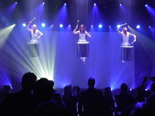 Künstlervermittlung: in der Luft hängende Trommlerinnen Frankfurt - Künstleragentur | DIE ALLESLÖSER
