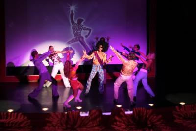 Tänzer  mit saturday Night Fever auf einer Bühne