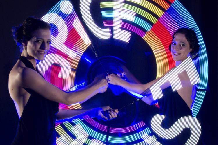 2 Frauen mit LED Logos
