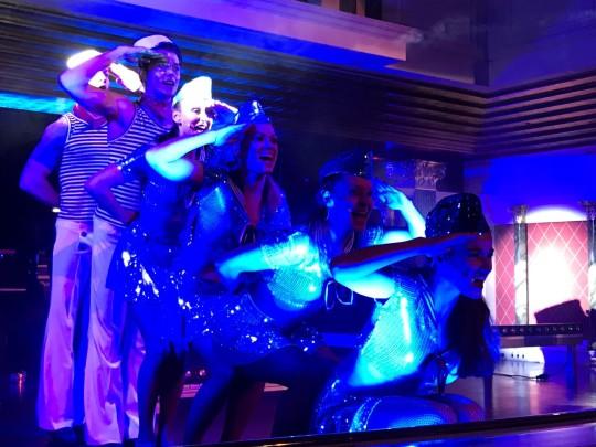 Tanzensemble im Matrosenkostüm